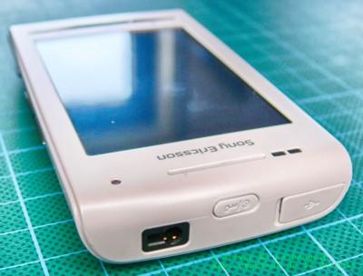 Sony Ericsson Xperia X8 oben